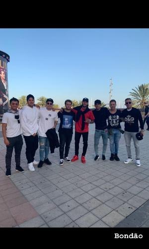 Neymar posta ao lado de Arthur, Gabriel Medina e amigos:
