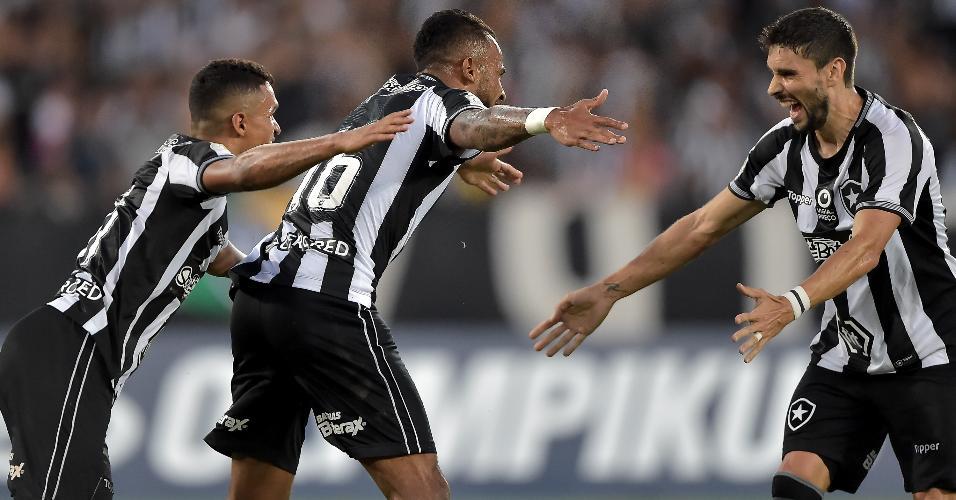 Jogadores do Botafogo comemoram o gol de Alex Santana contra o Fortaleza