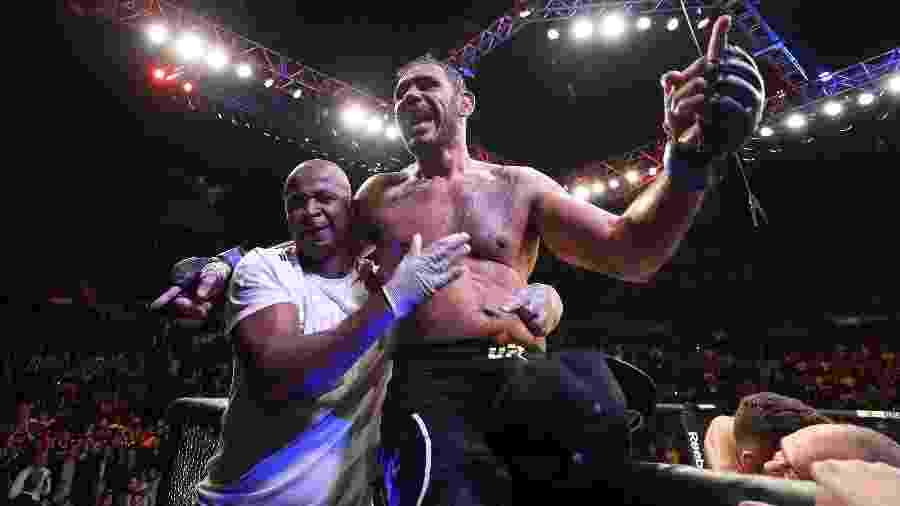 Minotouro comemora vitória sobre Sam Alvey - Buda Mendes/Zuffa LLC/Zuffa LLC via Getty Images
