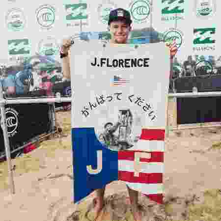 John John Florence ergue bandeira após garantir sua vaga em Tóquio 2020 - Divulgação/WSL - Divulgação/WSL