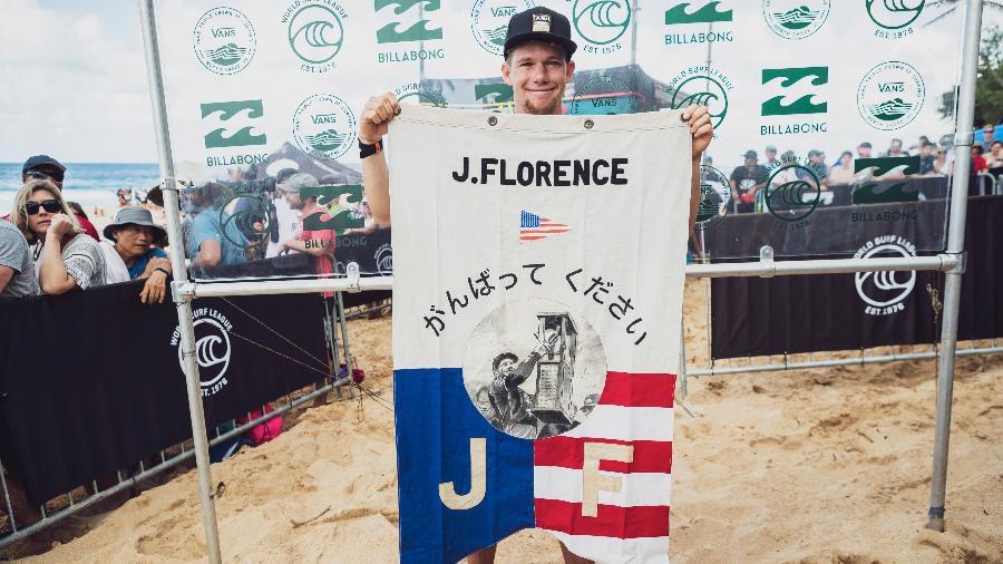 John John Florence ergue bandeira após garantir sua vaga em Tóquio 2020 - Divulgação/WSL