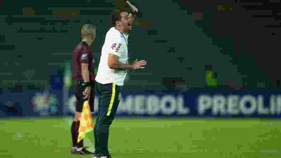 André Jardine dá instruções para a sua zaga durante jogo entre Brasil e Bolívia - Lucas Figueiredo/CBF