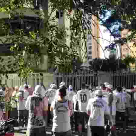 Protesto de torcedores do Santos em frente ao prédio do presidente José Carlos Peres - Reprodução