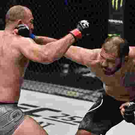 Minotouro acerta golpe em Mauricio Shogun durante o UFC Fight Night  - USA TODAY Sports