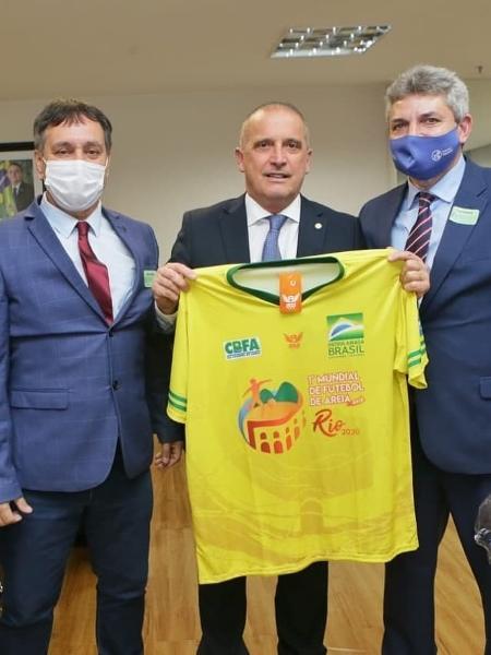 Ministro Onyx Lorenzoni recebe camisa do Mundial de Futebol de Areia Raiz - Reprodução/Instagram