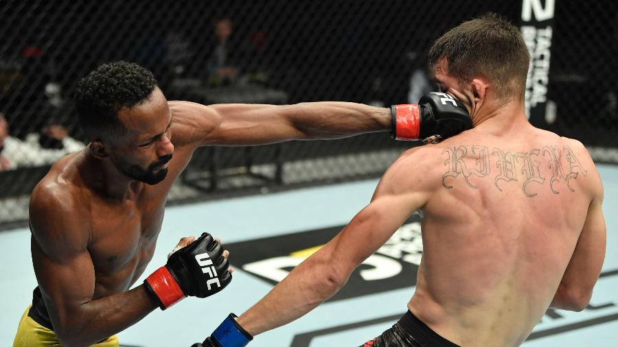 Francisco Figueiredo acerta golpe em Jerome Rivera, em sua estreia no UFC - Jeff Bottari/Zuffa LLC
