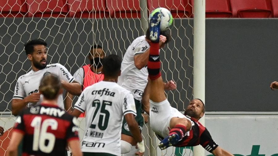 Diego tenta bicicleta durante Flamengo x Palmeiras, jogo do Brasileirão 2020 - Andre Borges/AGIF