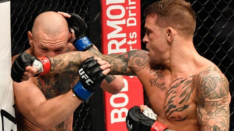 Dustin Poirier (direita) acerta mais um golpe em Conor McGregor (e) durante luta do UFC 257 - Jeff Bottari/Getty Images - Jeff Bottari/Getty Images