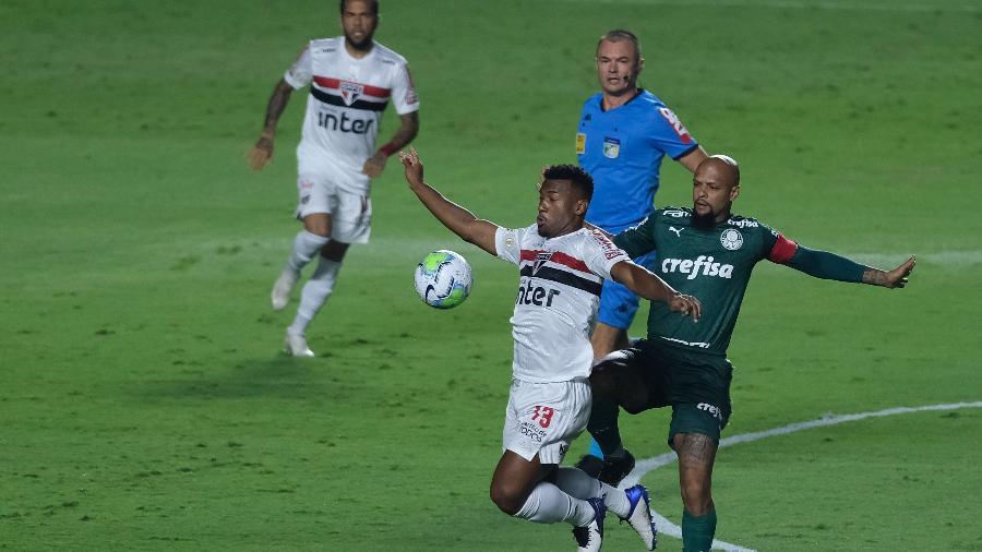 Luan (São Paulo) e Felipe Melo (Palmeiras) disputam a bola durante clássico pelo Brasileiro - Marcello Zambrana/AGIF