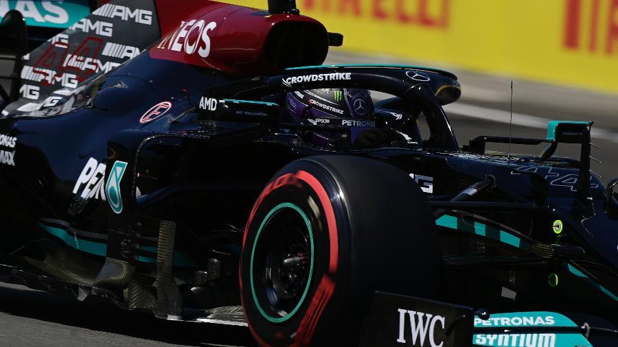 08.mai.2021 - Lewis Hamilton, da Mercedes, durante treino classificatório no Grande Prêmio da Espanha de F1, em Barcelona - JAVIER SORIANO / AFP