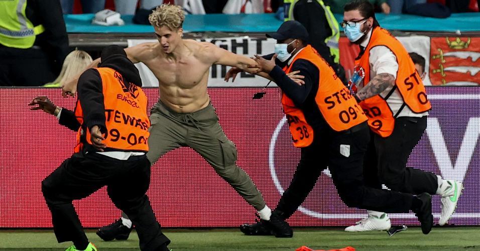 Sem camisa, um torcedor invadiu o gramado do Wembley nos minutos finais de Itália x Inglaterra, pela final da Eurocopa