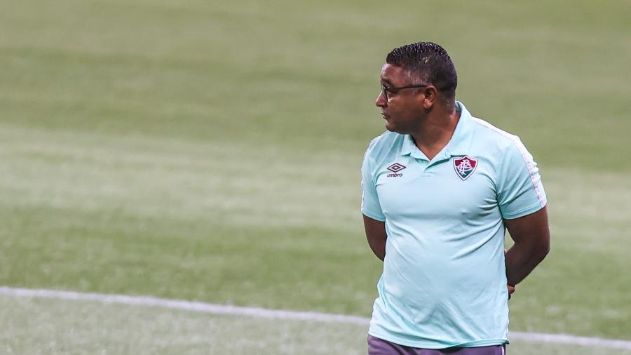 Roger Machado observa partida entre Fluminense e Palmeiras, pela 13ª rodada do Brasileirão - Marcello Zambrana/AGIF