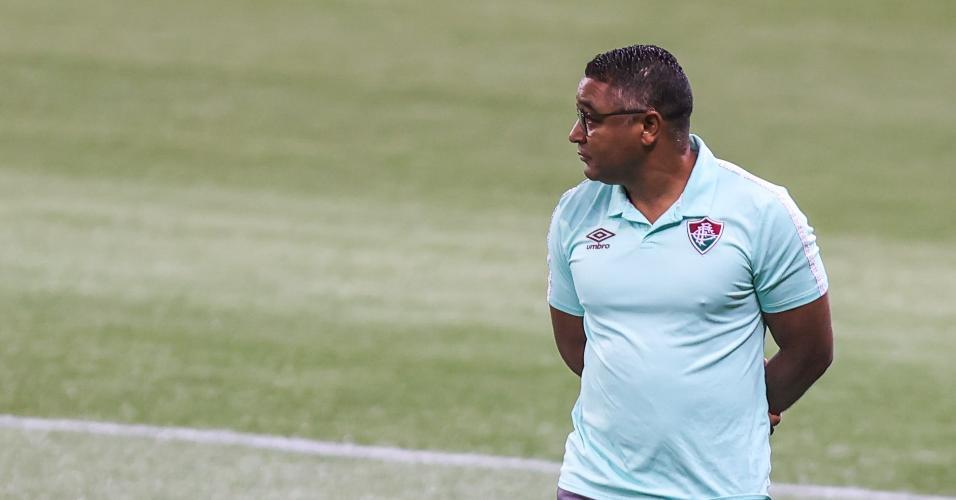 Roger Machado observa partida entre Fluminense e Palmeiras, pela 13ª rodada do Brasileirão