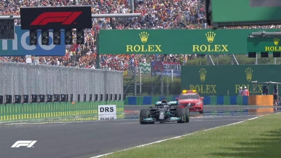 Hamilton larga sozinho no GP da Hungria, após todos os outros pilotos entrarem nos boxes para trocar pneus - Reprodução/TV