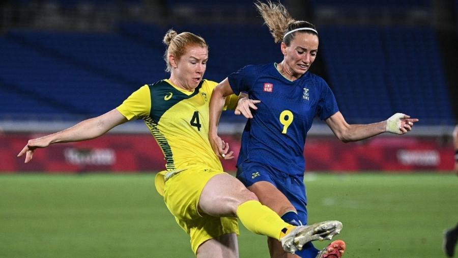 Asllani (da Suécia) e Polkinghorne (da Austrália) disputam a bola durante a semifinal do torneio feminino de futebol nos Jogos Olímpicos de Tóquio - Anne-Christine POUJOULAT / AFP
