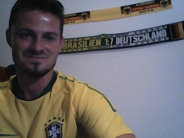 Steffen Rosenbach, alemão que veio ao Brasil para ver a Copa, ganhou um cachecol comemorativo do 7 a 1 hoje ostenta a peça na decoração do seu quarto como recordação