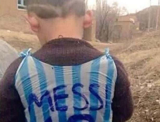 Imagem de garoto com a camisa de Lionel Messi viralizou nas redes sociais