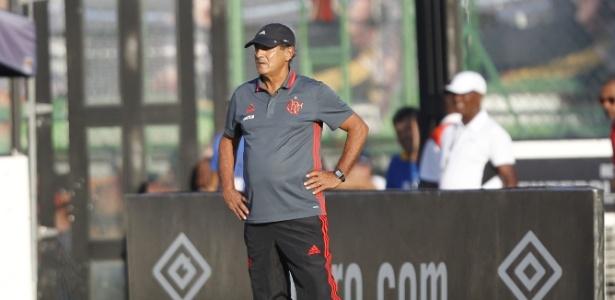 Muricy Ramalho observa o jogo em São Januário: ganhou moral no Vasco
