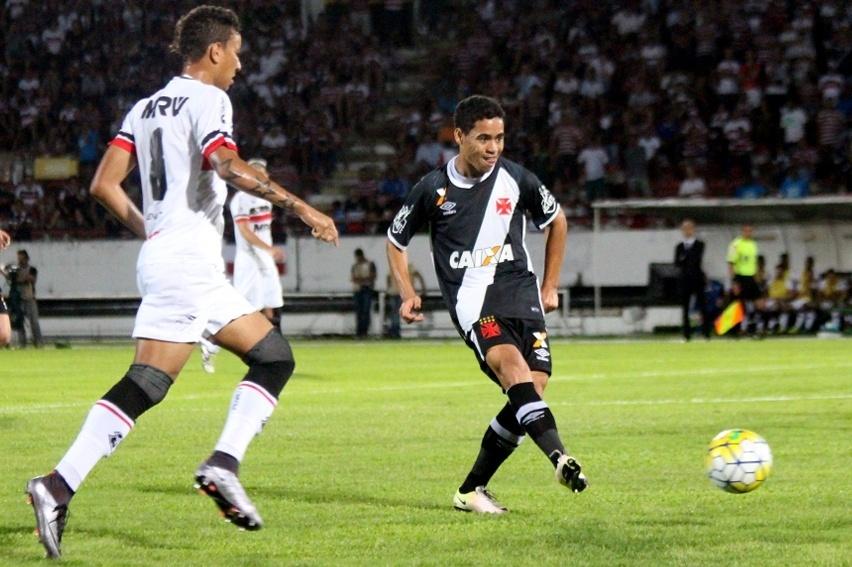Yago Pikachu passa bola na partida entre Santa Cruz e Vasco da Gama