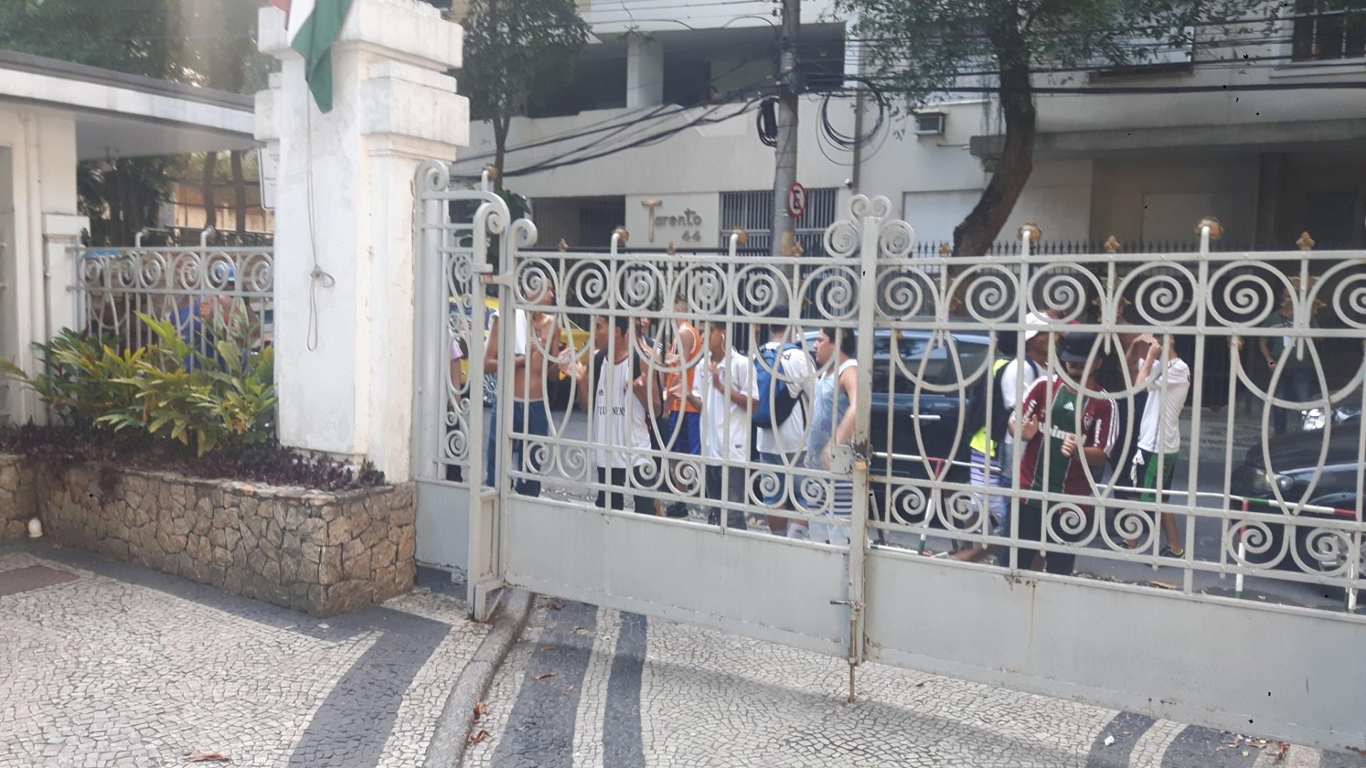 Membros de organizada do Fluminense protestam nas Laranjeiras