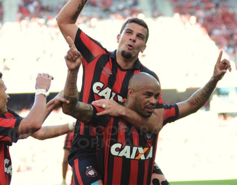 André Lima comemora gol do Atlético-PR diante do Sport na Arena da Baixada