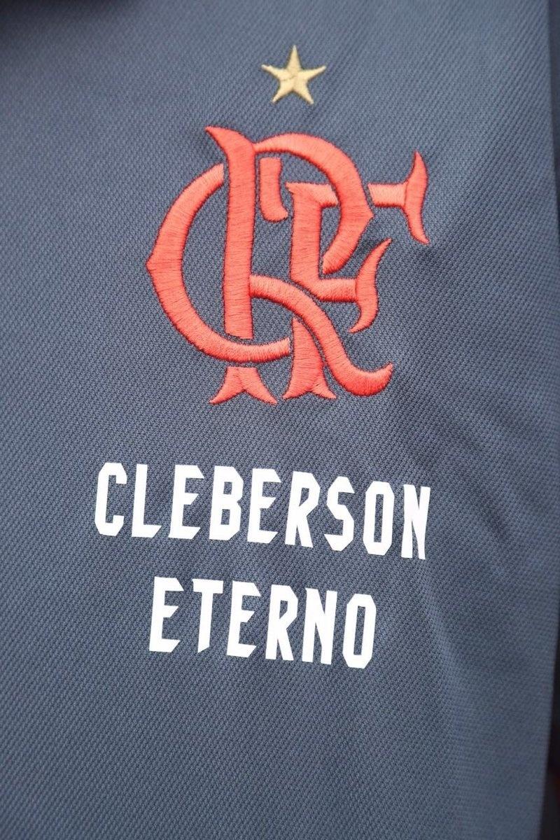 Na Arena da Baixada, equipes de comunicação e marketing do Flamengo usam camisa com homenagem a Cleberson Silva, assessor de imprensa da Chapecoense morto em tragédia aérea na Colômbia