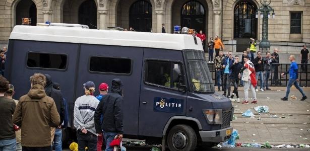 07.mai.2017 - Torcedores do Feyenoord entraram em conflito com policiais após derrota da equipe em casa pelo Campeonato Holandês