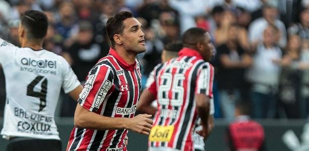 O atacante Gilberto comemora gol contra o Corinthians