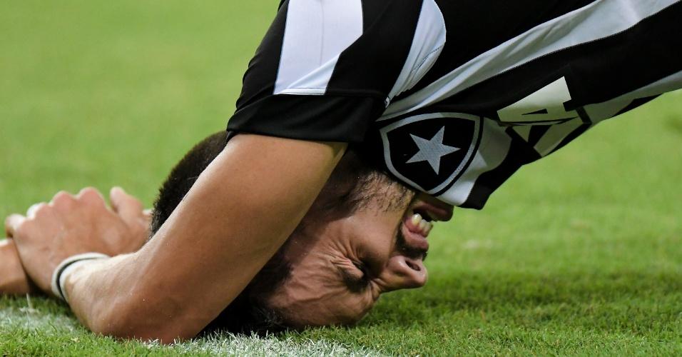 Rodrigo Pimpão vai ao chão durante clássico entre Vasco e Botafogo