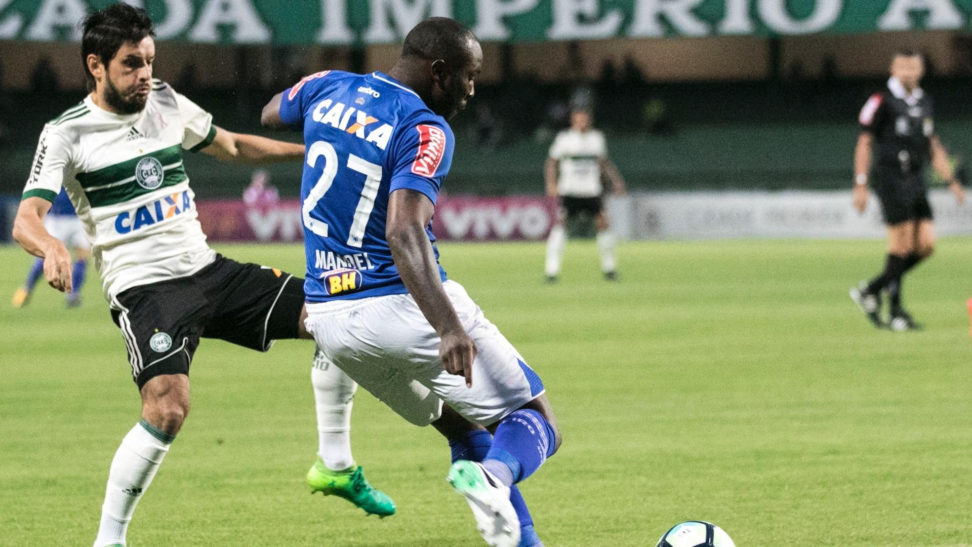 Manoel, do Cruzeiro, joga sob a marcação de Tiago Real, do Coritiba