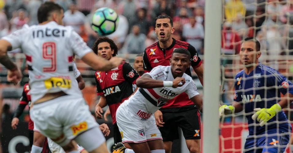 Lucas Pratto marca o primeiro gol do São Paulo no jogo contra o Flamengo