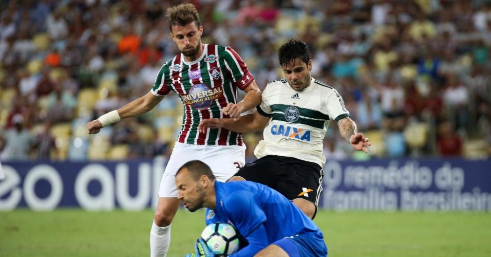 Henrique Almeida, do Coritiba, divide a bola com o zagueiro Henrique e o goleiro Diego Cavalieri, do Fluminense