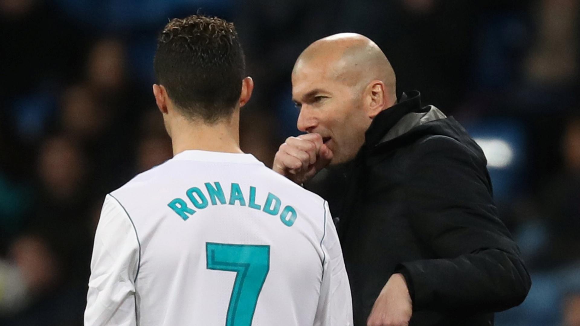 Zidane passa instruções para Cristiano Ronaldo na beira do campo