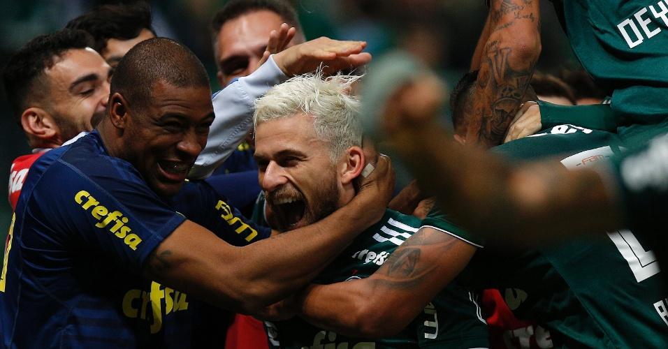 Lucas Lima é festejado por companheiros do Palmeiras por gols contra o Botafogo