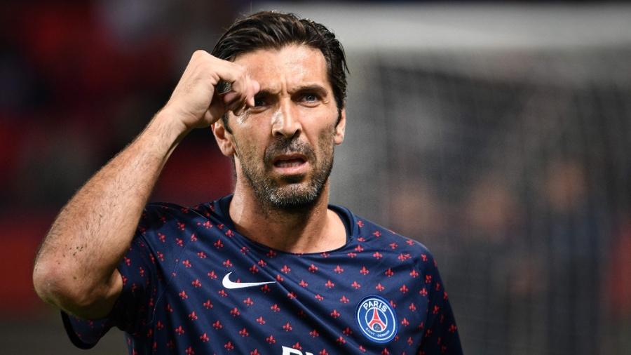 Gianluigi Buffon se aquece antes de partida do PSG pelo Campeonato Francês - FRANCK FIFE / AFP