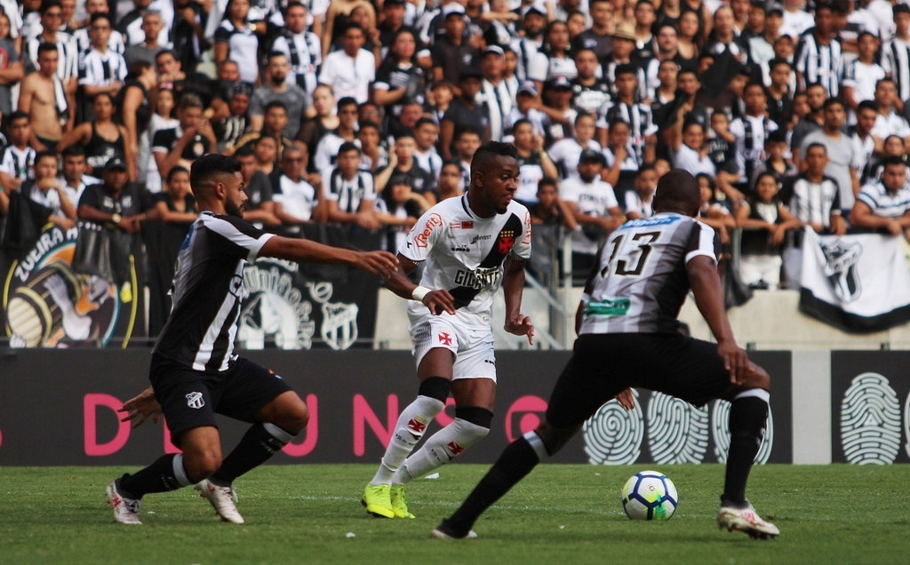 Jogadores de Ceará e Vasco disputam a bola no Castelão