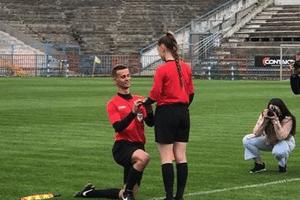 Resultado de imagem para Árbitro pede bandeirinha em casamento dentro do campo durante jogo