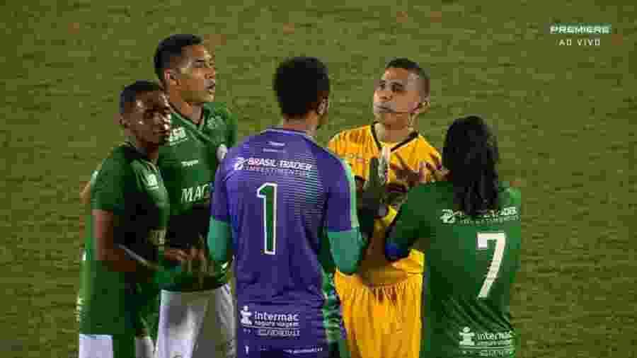 Jogadores do Guarani pedem anulação de gol do Coritiba - Reprodução/Premiere