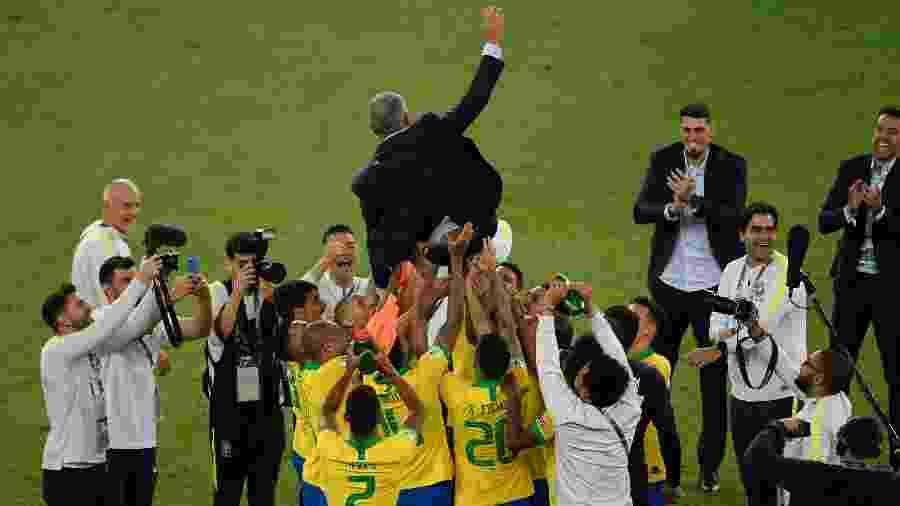 Sem Neymar em campo, Tite é jogado para o alto pelos atletas após conquista da Copa América - MAURO PIMENTEL / AFP