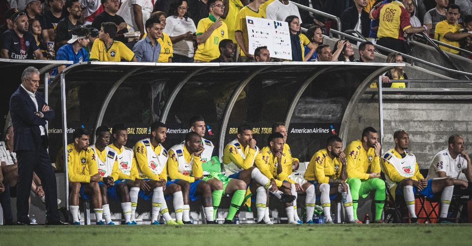 Tite observa no banco de reservas o jogo da seleção