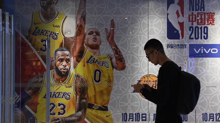 Cartaz sobre partida da pré-temporada NBA em Xangai: crise após manifestação de dono dos Rockets - Greg Baker/AFP