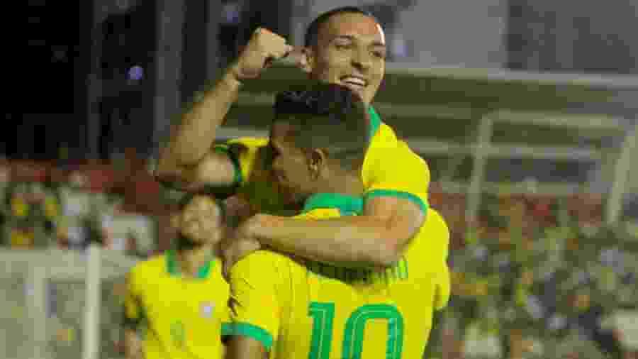 Antony comemora com Pedrinho um de seus gols contra a Venezuela - Marcel Lisboa/AGIF