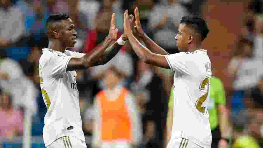 Vinicius Junior cumprimenta Rodrygo em jogo do Real Madrid - David S. Bustamante/Soccrates/Getty Images