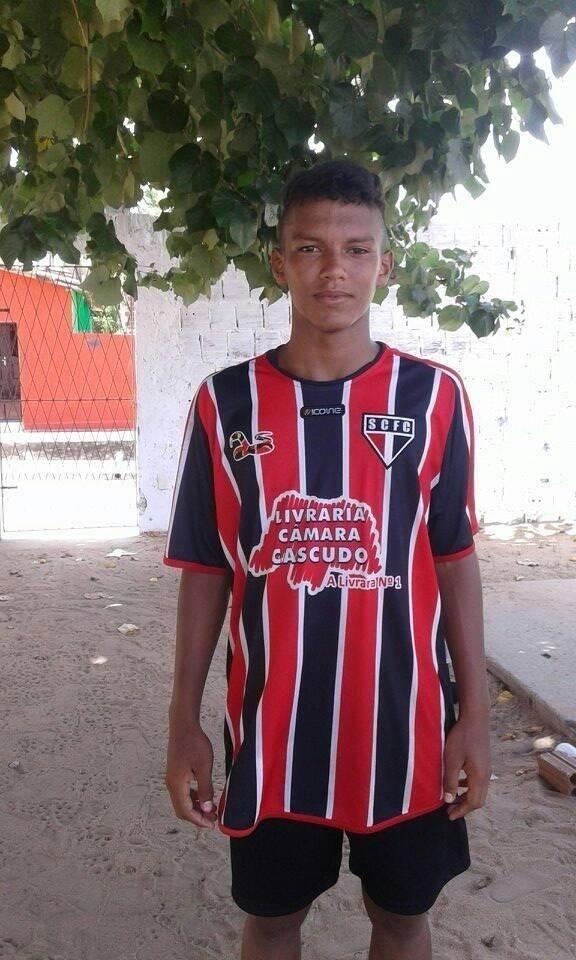 Gabriel Veron, do Palmeiras, com a camisa do Santa Cruz-RN, seu primeiro clube