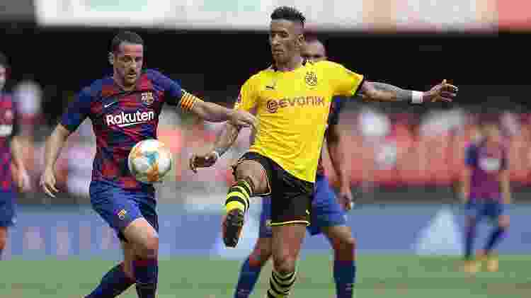 Belletti e Lucas Barrios disputam lance no jogo entre Barcelona e Borussia Dormtund na Legends Cup - Paulo Pinto/saopaulofc.net