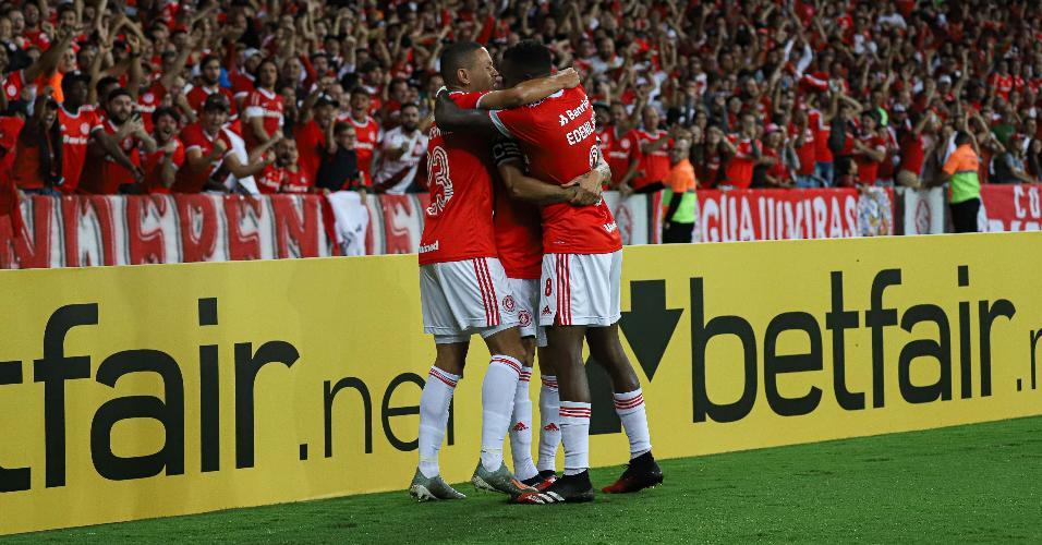 Internacional comemora o gol contra o Tolima