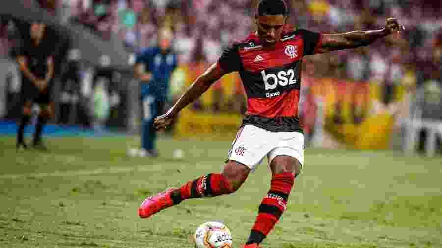 Atacante Vitinho conduz a bola durante jogo do Flamengo - Alexandre Vidal/Flamengo