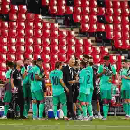 Zidane dá instruções a jogadores do Real Madrid durante partida contra o Granada - Fermin Rodriguez/Quality Sport Images/Getty Images