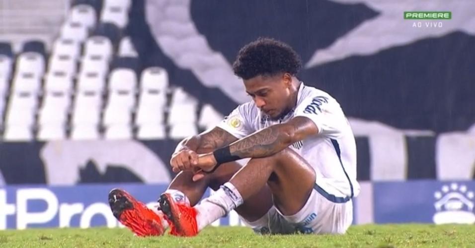 Marinho permanece no gramado por minutos depois do empate do Santos com o Botafogo