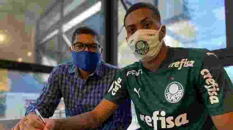 Ruan assina primeiro contrato profissional com Palmeiras ao lado de seu pai, Narciso - Vinicius Vieira/V2MM - Vinicius Vieira/V2MM